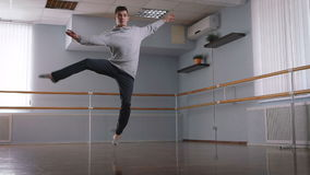 Молодой человек танцуя красиво танец Contempo в большой, яркой студии Опытный танцор делает разворот и после этого падает видеоматериал