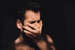 Молодой человек унылый и подавленный Стоковые Изображения