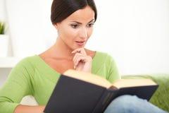 Молодой человек читая интересную книгу стоковое фото