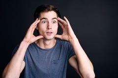 Молодой человек Pleasan выражая интерес Стоковое фото RF