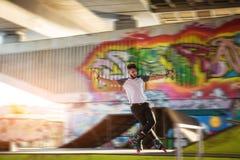 Молодой человек rollerblading Стоковые Изображения RF