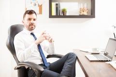 Молодой юрист смотря уверенно на работе стоковая фотография