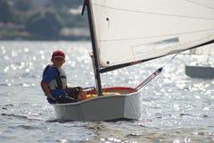 Молодой яхтсмен в гонке. Стоковая Фотография