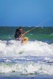 Молодой atletic прибой змея катания человека на море Стоковые Изображения