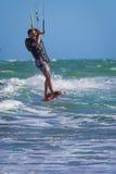 Молодой atletic прибой змея катания человека на море Стоковая Фотография