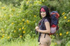 Молодой backpacker идя в древесины Стоковое Изображение