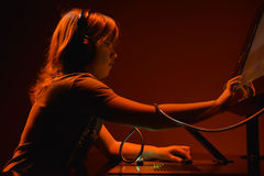 Молодой dj играя нот Стоковая Фотография RF