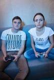 Молодой fasionable человек и женщина играя видеоигры Стоковое Изображение RF