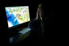 Молодой gamer в темноте Стоковые Фотографии RF