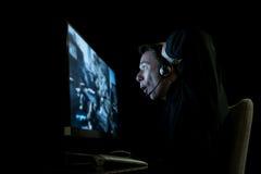 Молодой gamer в темноте стоковое фото
