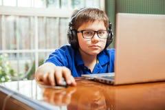 Молодой gamer используя компьтер-книжку стоковая фотография