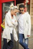 Молодой gossiping пар на телефоне Стоковые Фотографии RF