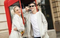 Молодой gossiping пар на телефоне Стоковое фото RF