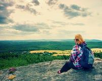 Молодой hiker женщины светлых волос принимает остатки на пике горы стоковая фотография rf
