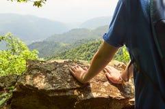 Молодой hiker на верхней части горы Стоковая Фотография