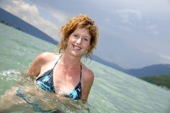 Молодой redhead и естественный купать в озере Стоковое фото RF