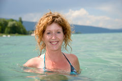 Молодой redhead и естественный купать в озере Стоковая Фотография RF