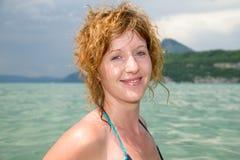 Молодой redhead и естественный купать в озере стоковое фото