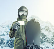 Молодой snowboarder держа пустой пропуск подъема с горой на предпосылке Фильтрованное изображение: влияние обрабатываемое крестом стоковые изображения