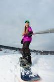 Молодой snowboarder снимая selfie ее камерой действия Стоковое фото RF