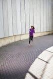 Молодой sporty ход женщины стоковые изображения