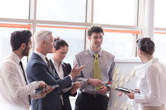 Молодой startup бизнесмен делая представление к старшему investio Стоковые Изображения