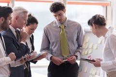 Молодой startup бизнесмен делая представление к старшему investio Стоковое Изображение RF