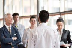 Молодой startup бизнесмен делая представление к старшему investio Стоковые Фото