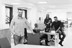 Молодой startup портрет бизнесмена на современном офисе Стоковые Фото