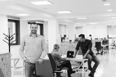 Молодой startup портрет бизнесмена на современном офисе Стоковое Фото