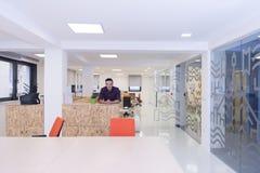 Молодой startup портрет бизнесмена на современном офисе Стоковые Изображения