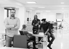 Молодой startup портрет бизнесмена на современном офисе Стоковая Фотография RF