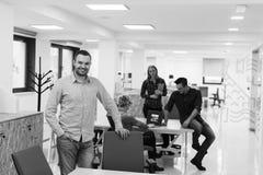Молодой startup портрет бизнесмена на современном офисе Стоковые Фотографии RF