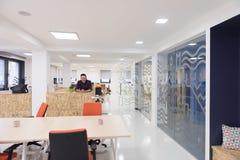 Молодой startup портрет бизнесмена на современном офисе Стоковая Фотография