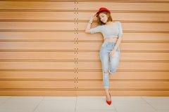 Молодость и технология Изумленная молодая женщина с мобильным телефоном Backg Стоковое Фото
