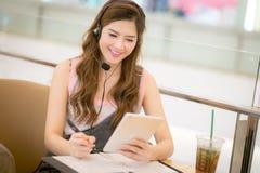 Молодость и технология Изумленная молодая женщина с usi smartwatch Стоковое фото RF