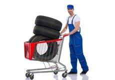Молодые автошины покупки механика для автомобиля Стоковое Изображение RF