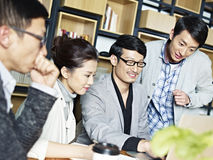 Молодые азиатские бизнесмены работая совместно в офисе Стоковая Фотография RF