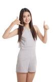 Молодые азиатские большие пальцы руки женщины вверх показывают с жестом телефона Стоковая Фотография