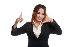 Молодые азиатские большие пальцы руки женщины вверх показывают с жестом телефона Стоковое фото RF