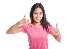 Молодые азиатские большие пальцы руки женщины вверх показывают с жестом телефона Стоковое Изображение RF