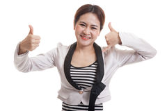 Молодые азиатские большие пальцы руки женщины вверх показывают с жестом телефона Стоковые Изображения RF