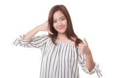 Молодые азиатские большие пальцы руки женщины вверх показывают с жестом телефона Стоковые Фотографии RF