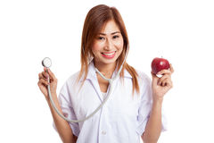 Молодые азиатские женские яблоко и стетоскоп владением доктора Стоковое Изображение