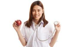 Молодые азиатские женские яблоко и стетоскоп владением доктора Стоковая Фотография