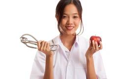 Молодые азиатские женские яблоко и стетоскоп владением доктора Стоковые Фотографии RF