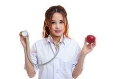 Молодые азиатские женские яблоко и стетоскоп владением доктора Стоковое Изображение RF