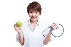 Молодые азиатские женские яблоко и стетоскоп владением доктора Стоковое Фото