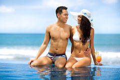 Молодые азиатские пары приближают к бассейну Стоковое Изображение RF