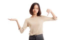 Молодые азиатские рука и большие пальцы руки ладони выставки женщины вниз Стоковые Изображения